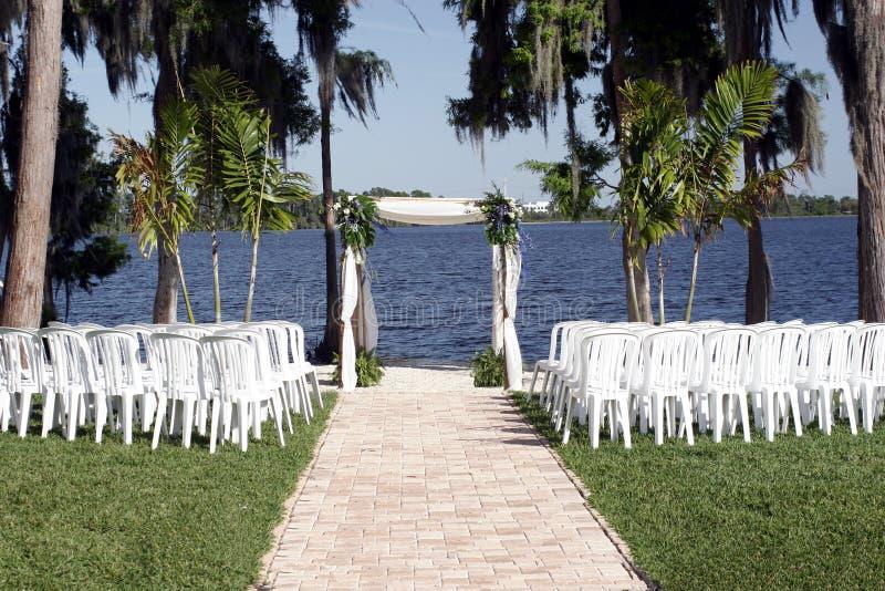 Cerimonia nuziale della riva del lago fotografia stock