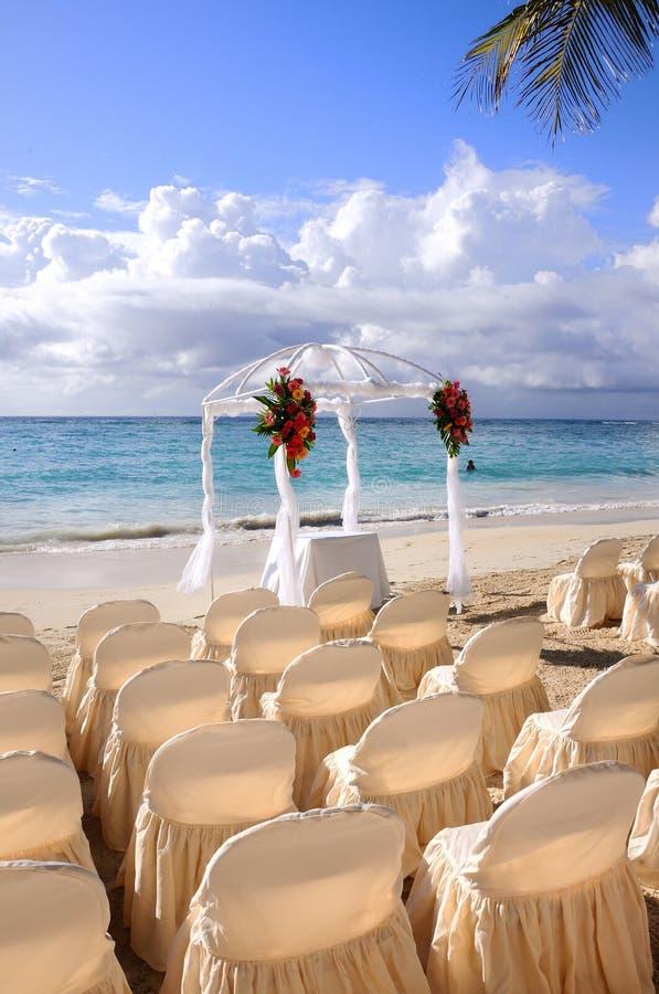 Cerimonia nuziale di spiaggia tropicale fotografia stock libera da diritti