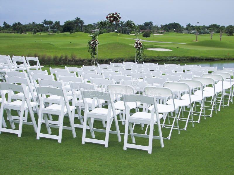 Cerimonia nuziale di terreno da golf immagine stock