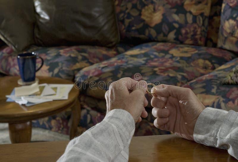 Cerimonia nuziale ring_1 della holding dell'uomo fotografia stock libera da diritti