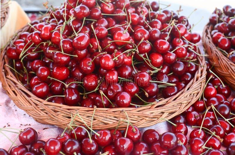 Cerise, beaucoup de cerises, rouges photos stock