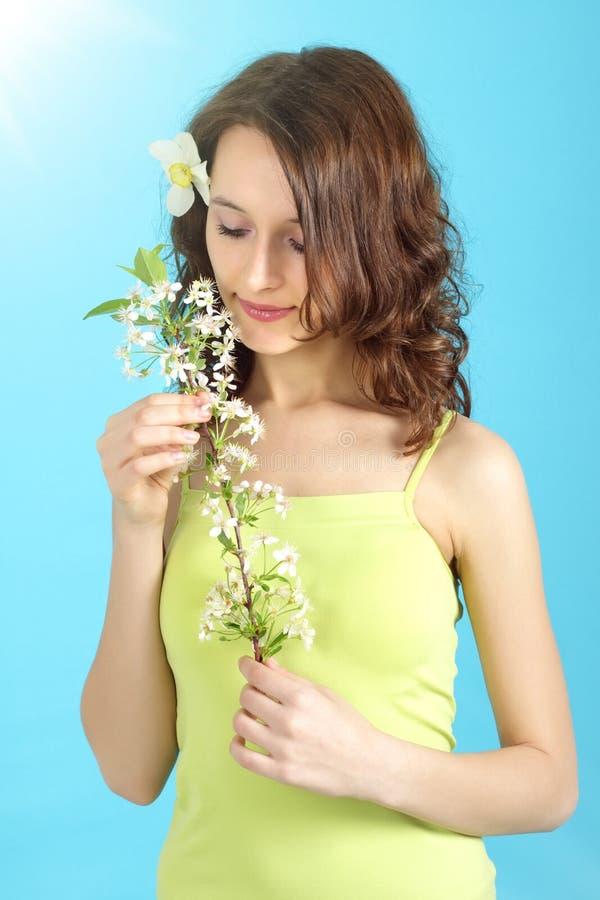 Cerise de fleur de fixation de fille image stock