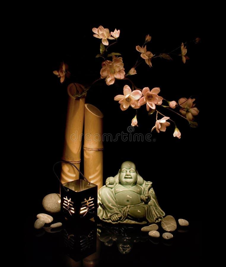 Cerise de floraison et le Bouddha photographie stock libre de droits