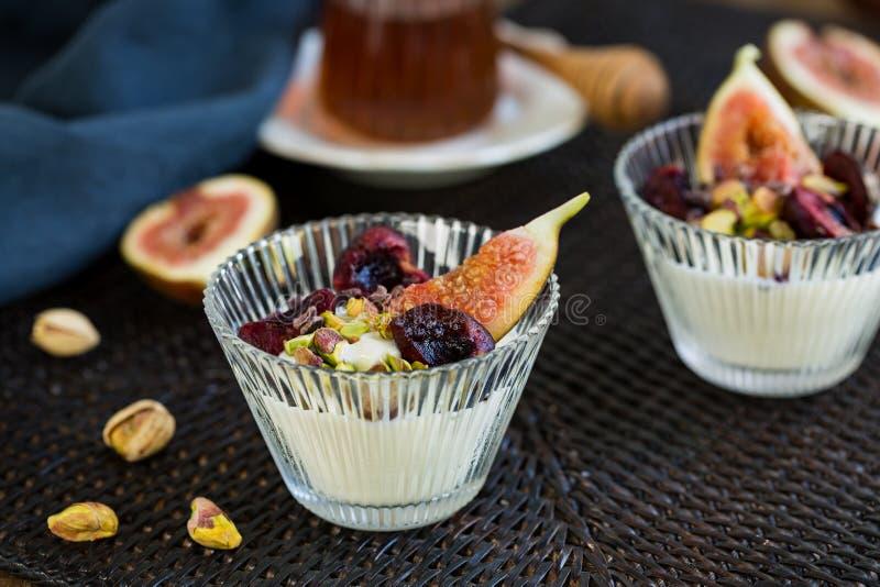 Cerise, figue et Pisttachio sur le yaourt grec photo libre de droits