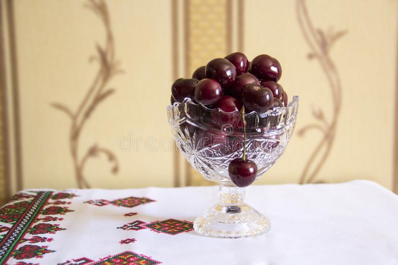 cerise mûre rouge de l'Encore-vie dans un vase en cristal images libres de droits