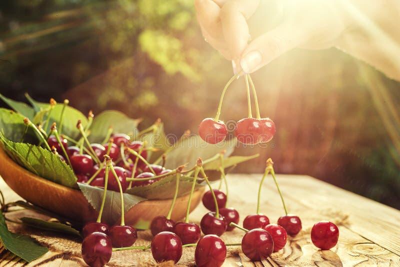 Cerise sur la main Table en bois de Cherrieson Cerise rouge Swe frais photos stock