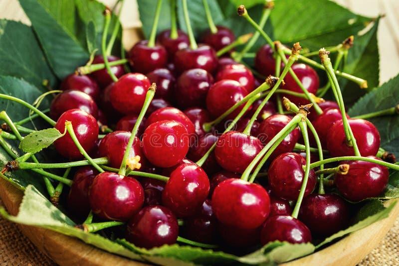 Cerises dans le panier sur la table en bois Cerise Cerises dans la cuvette Cerise rouge Les merises fraîches avec des baisses de  photos stock