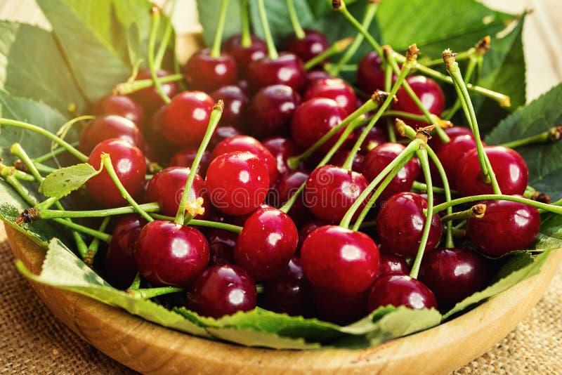 Cerises dans le panier sur la table en bois Cerise Cerises dans la cuvette Rouge photos libres de droits