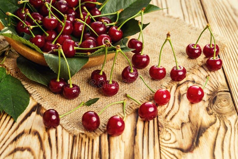 Cerises dans le panier sur la table en bois Cerise Cerises dans la cuvette Rouge photos stock
