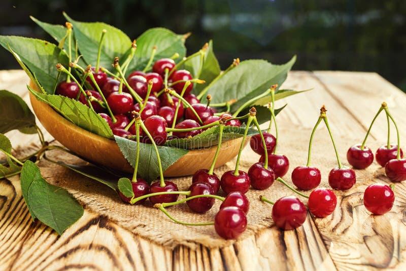 Cerises dans le panier sur la table en bois Cerise Cerises dans la cuvette Rouge images libres de droits