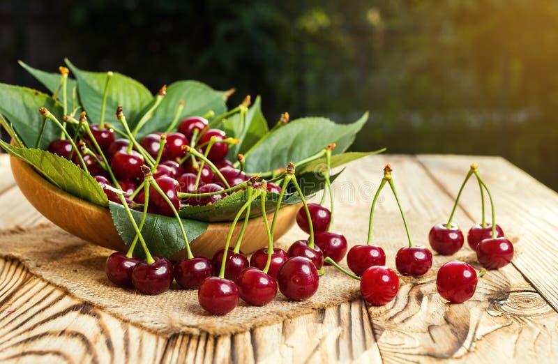Cerises dans le panier sur la table en bois Cerise Cerises dans la cuvette Rouge image stock