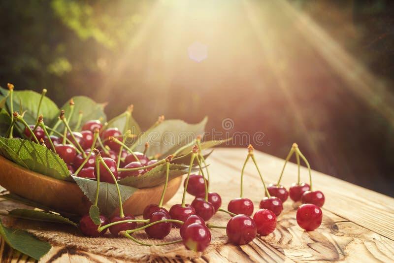 Cerises dans le panier sur la table en bois Cerise Cerises dans la cuvette Rouge image libre de droits