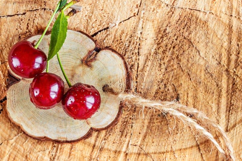 Cerises de baies sur la coupe en bois photos libres de droits