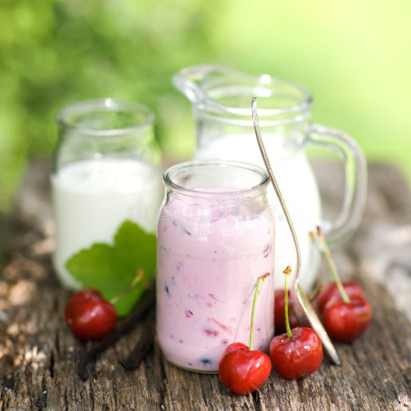 Cerises et yaourt images libres de droits