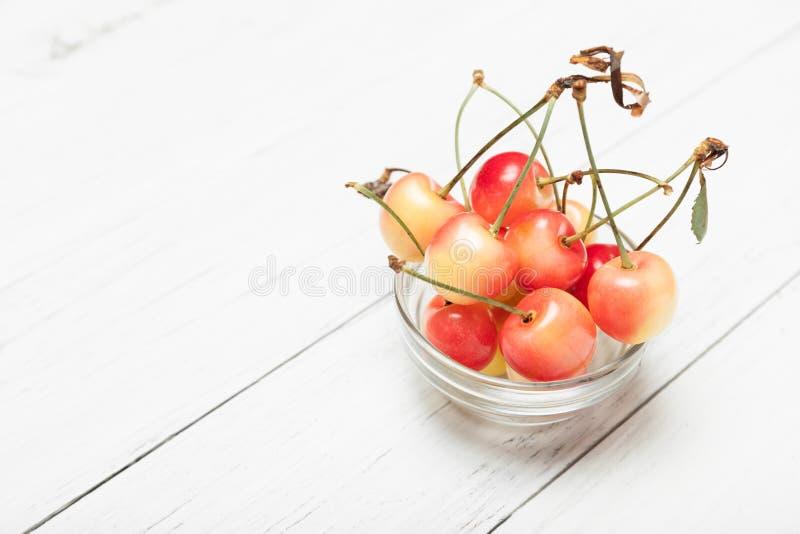 Cerises plus pluvieuses d'or, agriculture âgée Nourriture délicieuse de régime de dessert image libre de droits