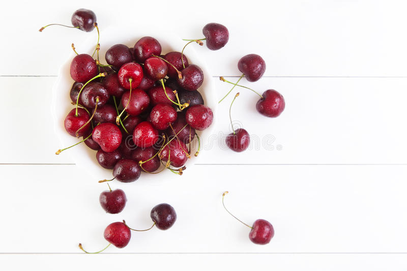 Download Cerises rouges image stock. Image du cuvette, gourmet - 77153779