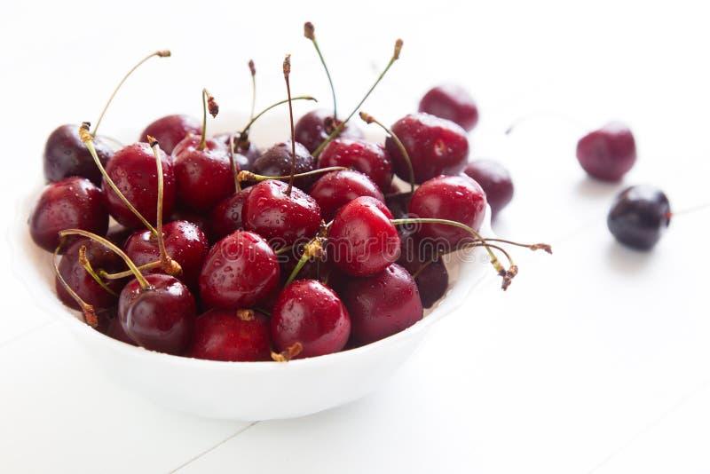 Download Cerises rouges image stock. Image du propre, cerise, orientation - 77157005