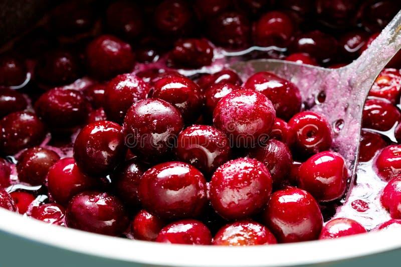 Cerises rouges en sirop de sucre photos libres de droits