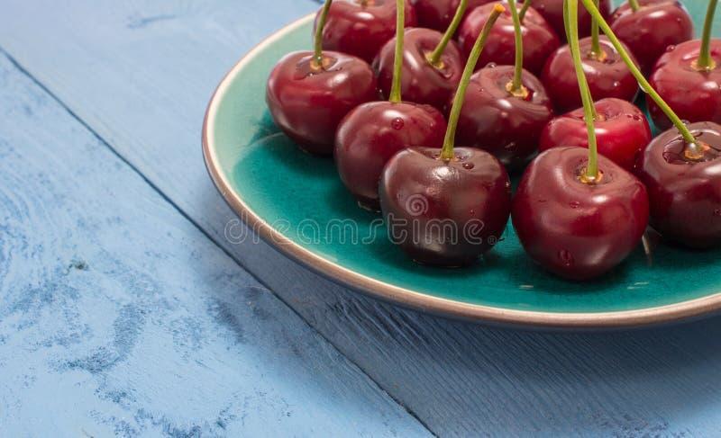 Download Cerises Sur Un Conseil Bleu Image stock - Image du vitamines, nourriture: 56482529