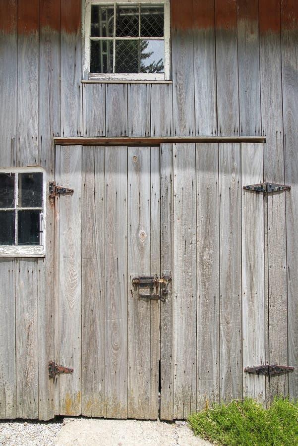 Cerniere di porta stagionate del granaio, fermo, finestre, immagine stock libera da diritti