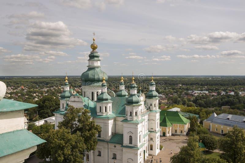 Cernigov, Ucraina 15 agosto 2017 Chiesa bianca ortodossa cristiana con le cupole e gli incroci verdi dell'oro Vista dal livello C immagini stock libere da diritti