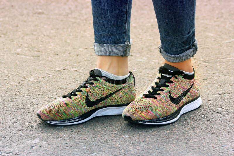 Cernihiv, Ucraina - 19 aprile 2019: Scarpe da tennis di Nike del primo piano Pattini del `s delle donne fotografia stock libera da diritti