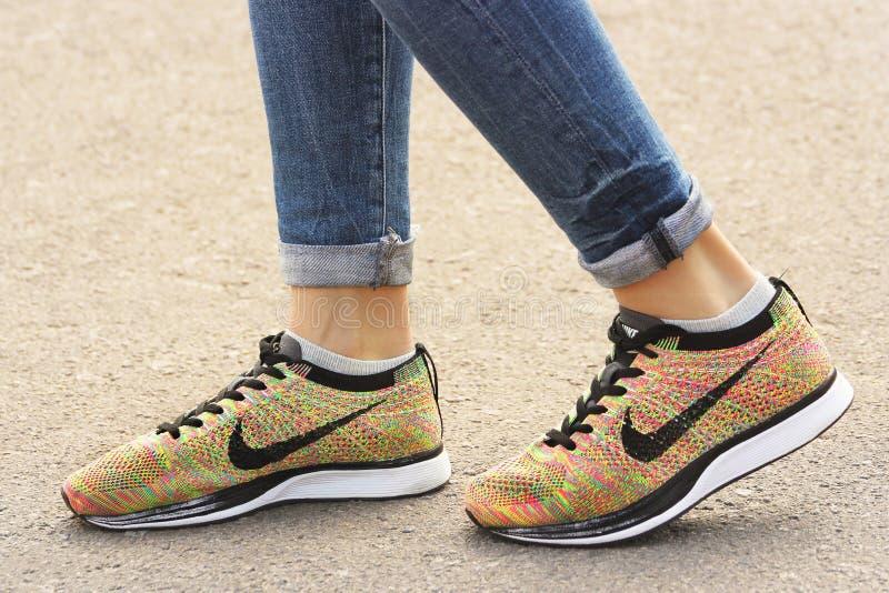 Cernihiv, Ucraina - 19 aprile 2019: Scarpe da tennis di Nike del primo piano Pattini del `s delle donne immagine stock libera da diritti