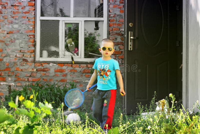 Cernihiv, Ucraina - 19 maggio 2019: Un ragazzino gioca il volano sulla via immagini stock