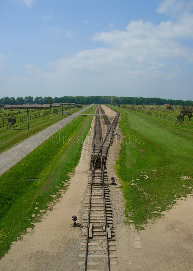 Cerque la entrada con barandilla al campo de concentración en Auschwitz II - Birkenau foto de archivo libre de regalías