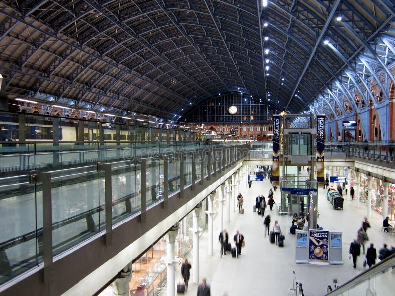 Cerque la terminal con barandilla en el santo Pancras en Londres, Inglaterra foto de archivo