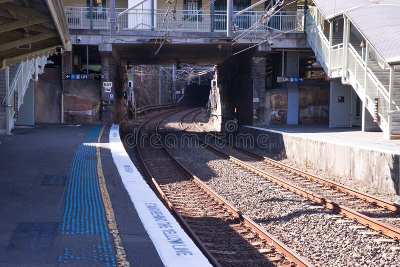 Cerque a plataforma do trem de maneira para escavar um túnel na estação de Waverton em Sydney foto de stock