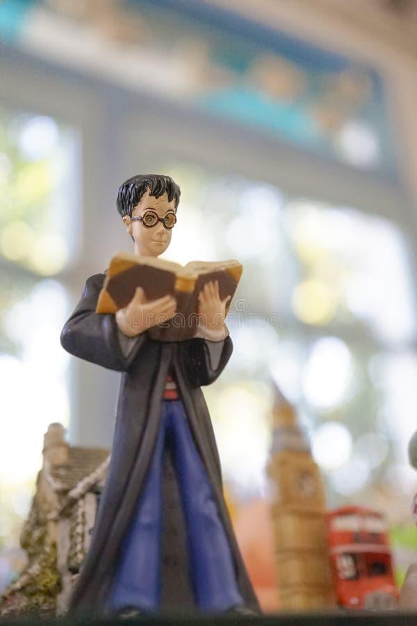 Cerrado encima de la foto de la figura de Harry Potter está leyendo un libro del encanto foto de archivo libre de regalías