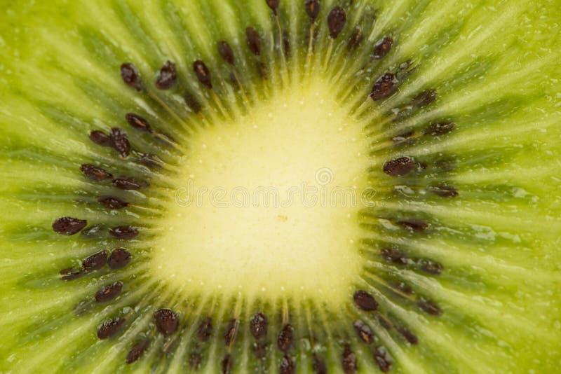 Cerrado encima de la fruta de kiwi cortada foto de archivo libre de regalías