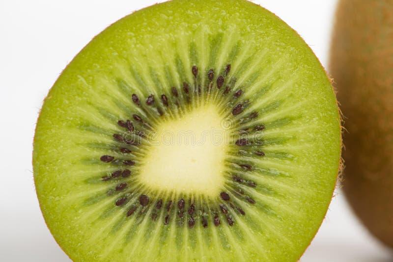 Cerrado encima de la fruta de kiwi cortada imagen de archivo