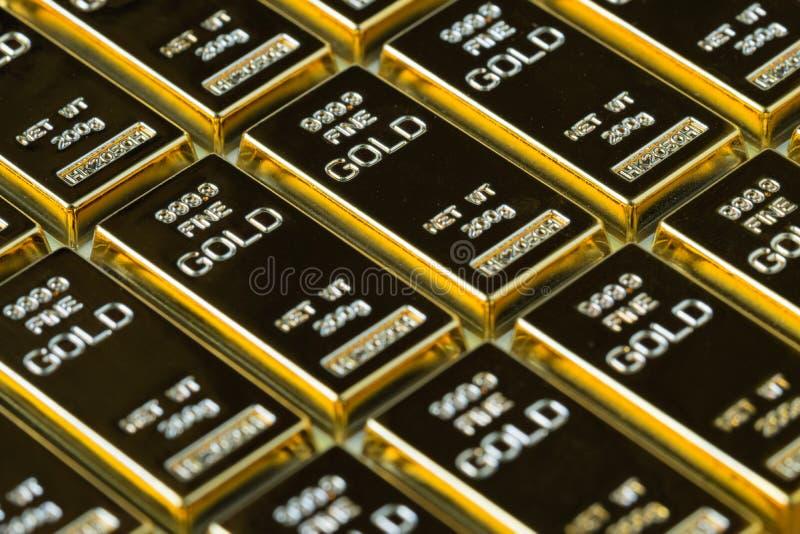 Cerrado encima de la pila del tiro de barras de oro brillantes como negocio o financiero imagen de archivo libre de regalías
