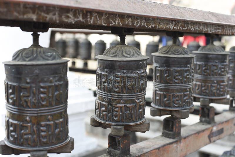 Cerrado encima de la rueda de rezo en el templo en Katmandu, Nepal imagen de archivo