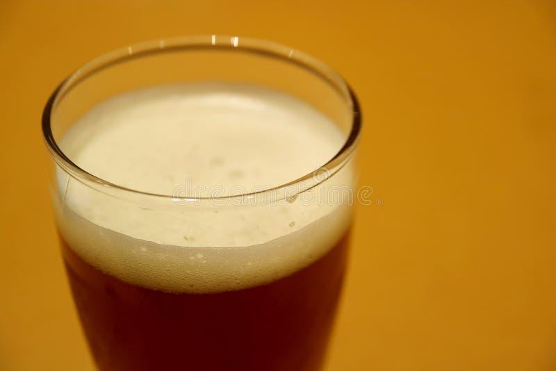 Cerrado encima de un vidrio de Lager Beer alemán oscuro en la tabla fotografía de archivo libre de regalías