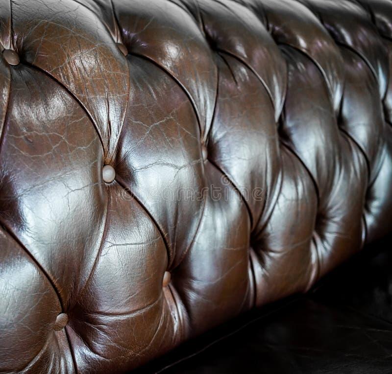 Cerrado encima del detalle del sofá del cuero del marrón del vintage para el modelo y del CCB imágenes de archivo libres de regalías