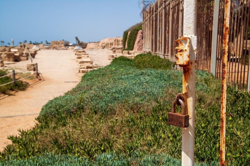 Cerrado enferrujado em um posto na antiga cidade portuária de Caesarea Maritima imagens de stock