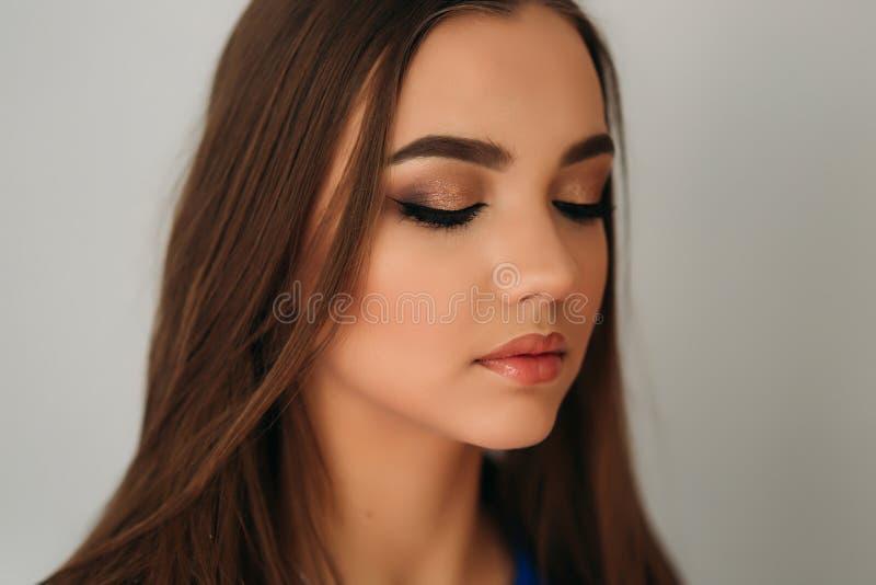 Cerrado modelo ella ojos para mostrarle maquillaje foto de archivo libre de regalías
