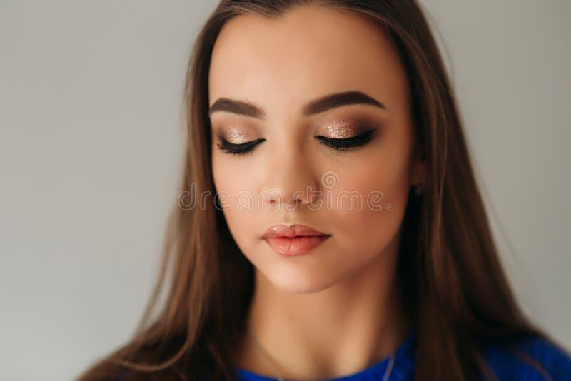 Cerrado modelo ella ojos para mostrarle maquillaje fotografía de archivo libre de regalías