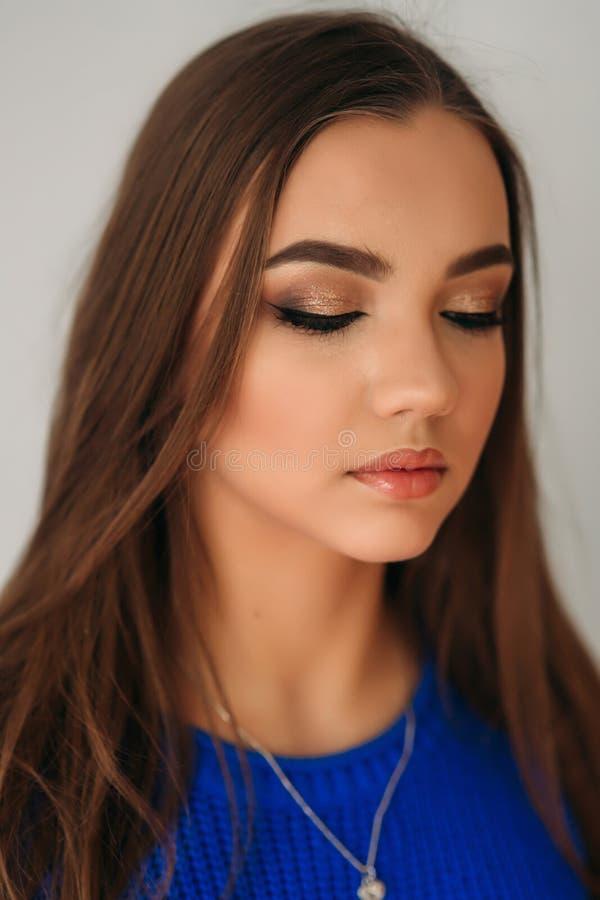 Cerrado modelo ella ojos para mostrarle maquillaje imagenes de archivo