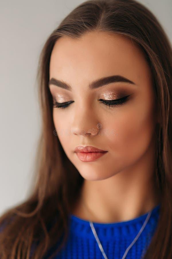 Cerrado modelo ella ojos para mostrarle maquillaje fotografía de archivo