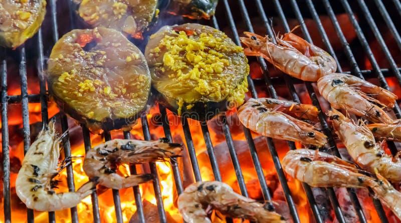 Cerrado para arriba de la carne asada del camarón, rebanadas de color salmón de la gamba foto de archivo