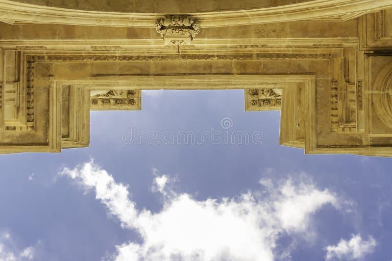 Cerrado para arriba de perfil histórico externo de la iglesia adornó la fachada de piedra que miraba para arriba a un día de vera foto de archivo