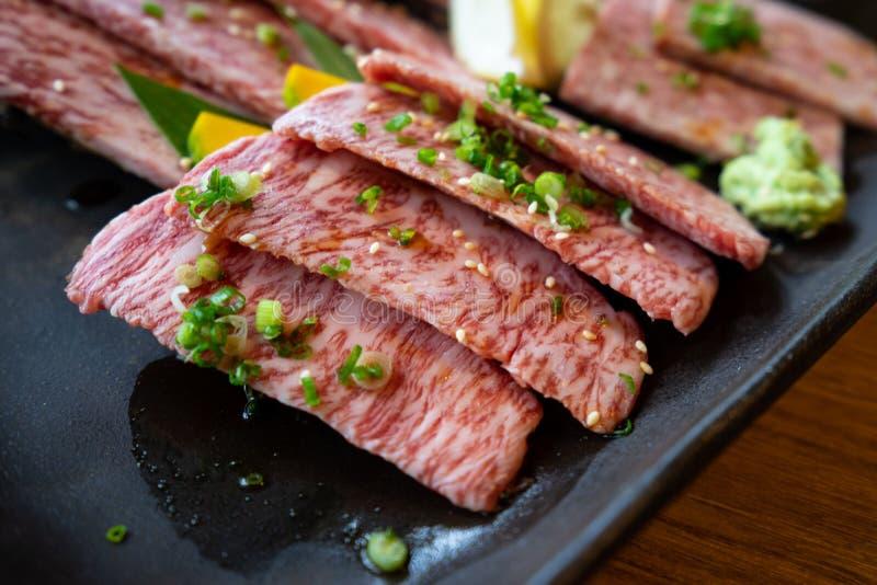 Cerrado para arriba de Wagyu superior A5 cortó la carne de vaca para la barbacoa del yakiniku foto de archivo libre de regalías