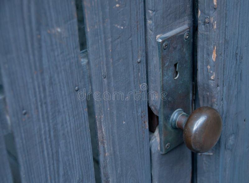 Cerradura clásica redonda del metal con el control dominante de la puerta de madera imagen de archivo