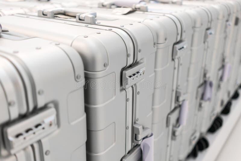 Cerradura de cojín de la seguridad del equipaje del metal plateado en la fila del equipaje foto de archivo