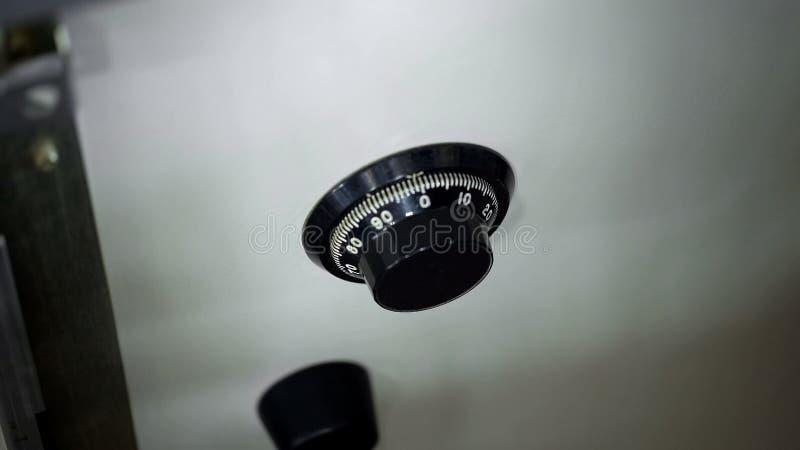 Cerradura de combinación en la caja fuerte en la oficina, protección importante de la propiedad, cierre para arriba fotografía de archivo libre de regalías