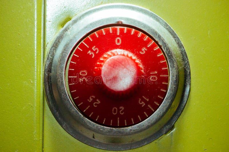 Cerradura de combinación en un cierre de la caja fuerte del juguete para arriba foto de archivo